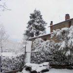 der schneebedeckte Eingang